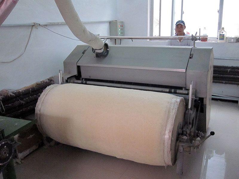 雷竞技app下载苹果千层大型被褥加工部弹棉花机工作现场实拍
