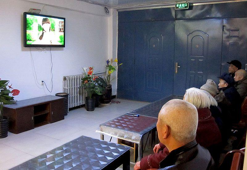 乐虎国际电子游戏欧美家养老公寓-入住的部分老人一起在看电视.jpg