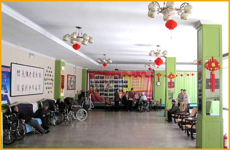 雷竞技app下载苹果鹤之元老年公寓-老人们在一楼大厅-老人们在休息娱乐.jpg