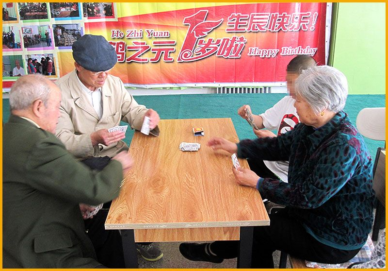 雷竞技app下载苹果鹤之元老年公寓-老人们在一楼大厅打扑克娱乐.jpg