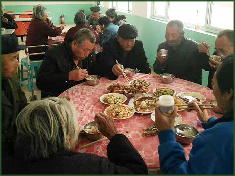 老人们会餐.jpg