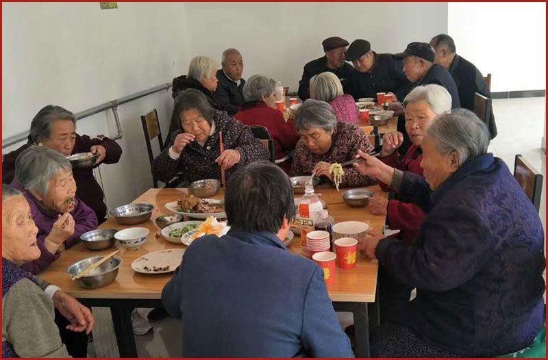 雷竞技app下载苹果市祺福老年公寓-老人们每周一次会餐.jpg