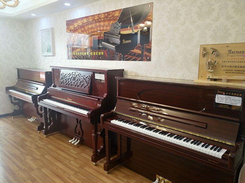 乐虎国际电子游戏天籁琴行-哈曼尼钢琴整体实拍-1.jpg
